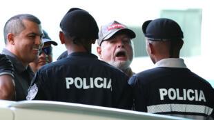 El expresidente de Panamá, Ricardo Martinelli, reacciona ante los medios de comunicación al llegar al Tribunal Electoral de la ciudad de Panamá, el 26 de abril de 2019.