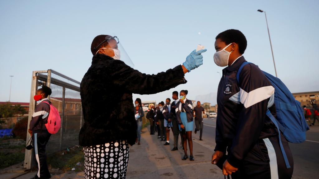 Imagen de archivo en la que se evalúa a un alumno cuando las escuelas comienzan a reabrir en el municipio de Langa en Ciudad del Cabo, Sudáfrica, el 8 de junio de 2020.