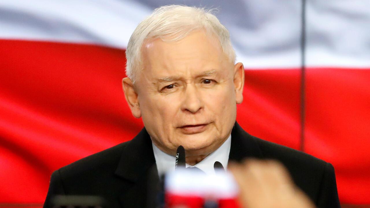 Le chef du parti polonais PiS, Jaroslaw Kaczynski, célèbre la victoire de sa formation aux législatives, le 13 octobre 2019 à Varsovie.
