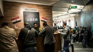 سائقون يعملون لدى أوبر يتناقشون مع موظفي الشركة في مقرها في القاهرة في 17 نيسان/أبريل