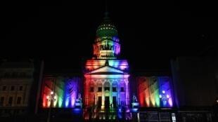 El Congreso argentino, en Buenos Aires, iluminado en honor a los 10 años de la legalización del matrimonio igualitario, el 15 de julio de 2020