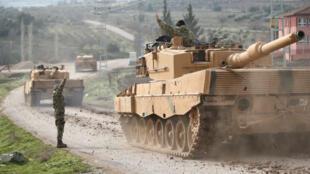 Un tanque de guerra militar turco llega a una aldea en la frontera entre Turquía y Siria en la provincia de Kilis, Turquía.