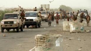 قوات موالية للحكومة اليمنية المعترف بها دوليا تقترب من مطار الحديدة الدولي بغرب اليمن في 13 حزيران/يونيو 2018