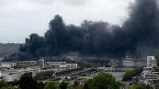 Des fumées noires s'échappant de l'usine Lubrizol, le 26 septembre 2019, à Rouen.