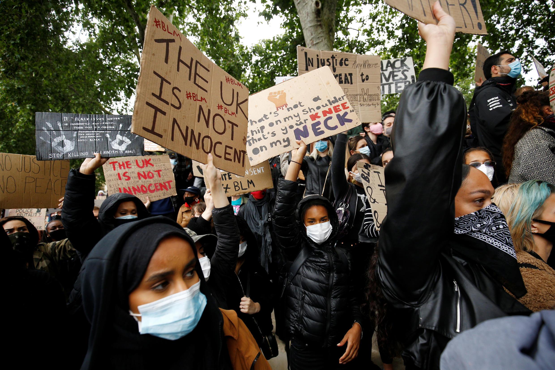 Des manifestants à Londres rejoignent le mouvement mondial contre la discrimination raciale et les méthodes policières, le 6 juin 2020, au Royaume-Uni.