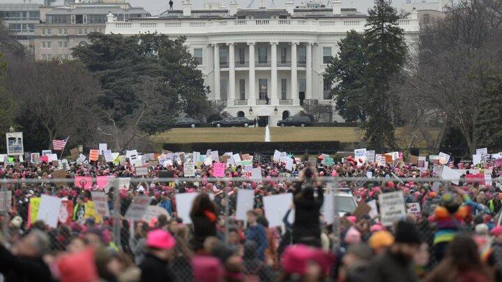 """متظاهرون في """"مسيرة النساء"""" أمام البيت الأبيض"""