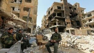 قوات موالية للنظام السوري في دوما بالغوطة الشرقية قرب دمشق في 20 نيسان/أبريل 2018.