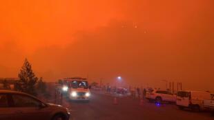 Le ciel est rouge à Mallacoota, dans l'État de Victoria, en Australie, en raison des violents incendies qui ravagent le pays.