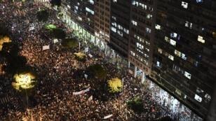 La foule défile dans une rue de Rio, le 15 mai 2019 pour défendre les universités.