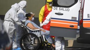 Trabajadores del hospital San Rafael de la localidad salvadoreña de Santa Tecla reciben a una paciente con COVID-19, el 15 de mayo de 2020