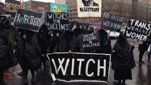 """Des sorcières du groupe américain """"W.I.T.C.H""""."""