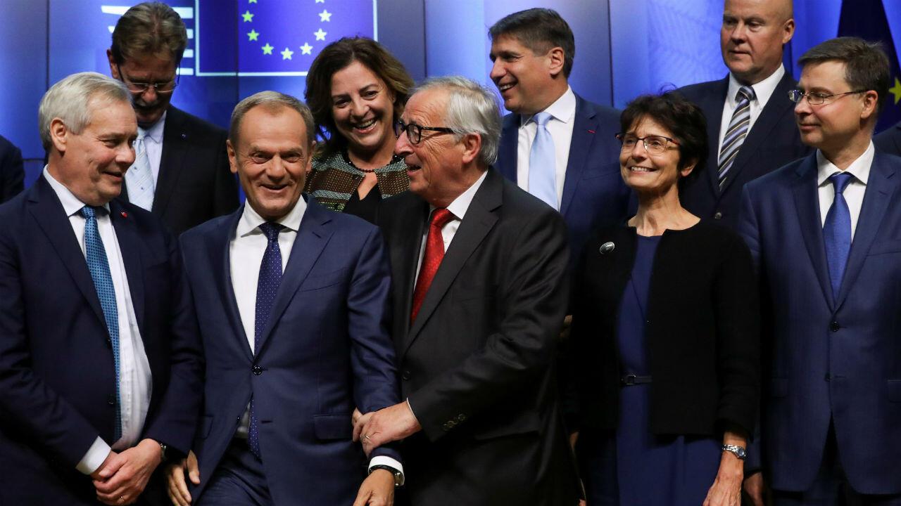 El presidente de la Comisión Europea, Jean-Claude Juncker, y el presidente del Consejo Europeo, Donald Tusk, posan previo a la Cumbre Social Tripartita de la UE en Bruselas, Bélgica, el 16 de octubre de 2019.