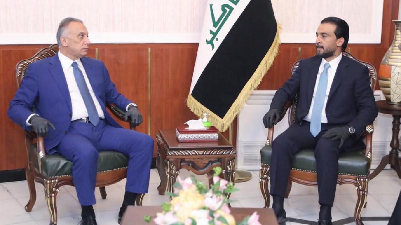 El portavoz del Parlamento iraquí Mohammed al-Halbousi se reúne con el primer ministro designado, Mustafa al-Kadhimi, antes de la votación sobre el nuevo Gobierno en la sede del parlamento en Bagdad, Irak, el 6 de mayo de 2020.