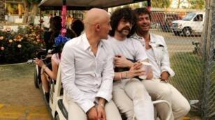 Philippe Zdar (d), aux côtés des musiciens DJ Boom Bass (g) et Gaspard Auge, le 18 avril 2010 à Indio (Etats-Unis)