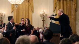 El reportero de 'CNN' para la Casa Blanca, Jim Acosta (izquierda) sostuvo un intercambio de palabras con el presidente Donald Trump el 7 de noviembre