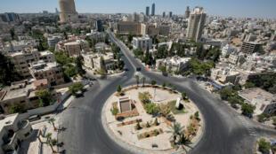 مشهد عام لمستديرة وطرق مقفرة في عمان في 28 آب/أغسطس 2020 خلال فترة حظر التجول ضمن تدابير الحد من تفشي فيروس كورونا المستجد