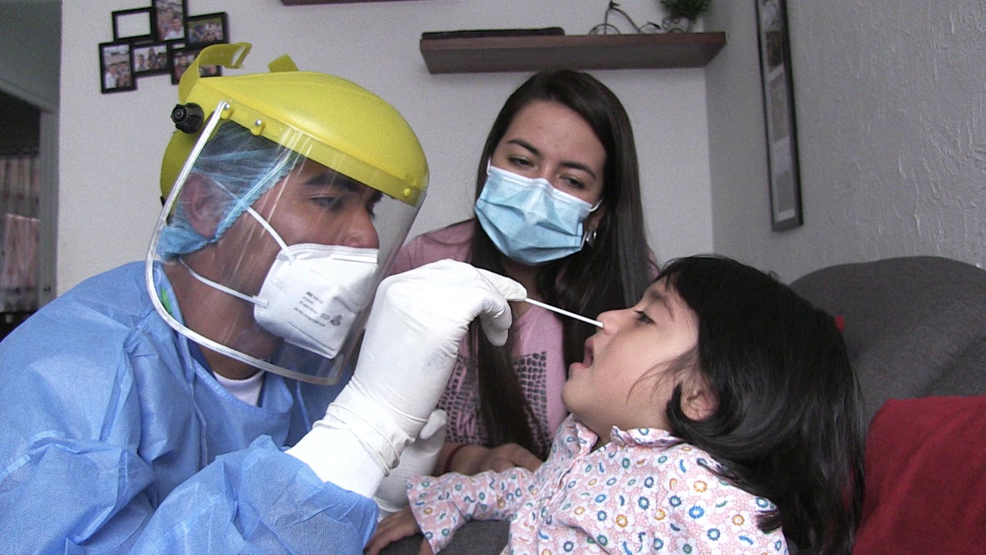 Juan Nicolás Corredor, médico de atención domiciliaria, realiza un frotis a una menor en Bogotá, Colombia, el 16 de abril de 2020.