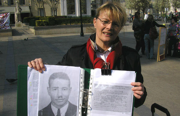 Alice Mills in French city of Caen in 2009, speaking to residents about African-American GIs who took part in D-Day.