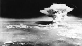 السحابة الذرية فوق مدينة هيروشيما اليابانية، 6 أغسطس/آب 1945.