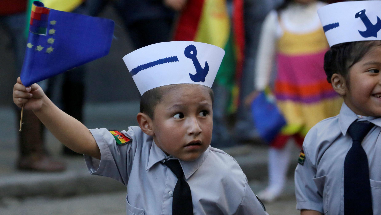 Niños participan en un desfile previo a las conmemoraciones del Día del Mar en La Paz, Bolivia, el 22 de marzo de 2018.