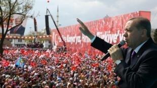 """رجب طيب أردوغان خلال حملة لدعم التصويت بـ """"نعم"""" في الاستفتاء على توسيع صلاحيات الرئيس في قونية في 14 نيسان/أبريل 2017"""