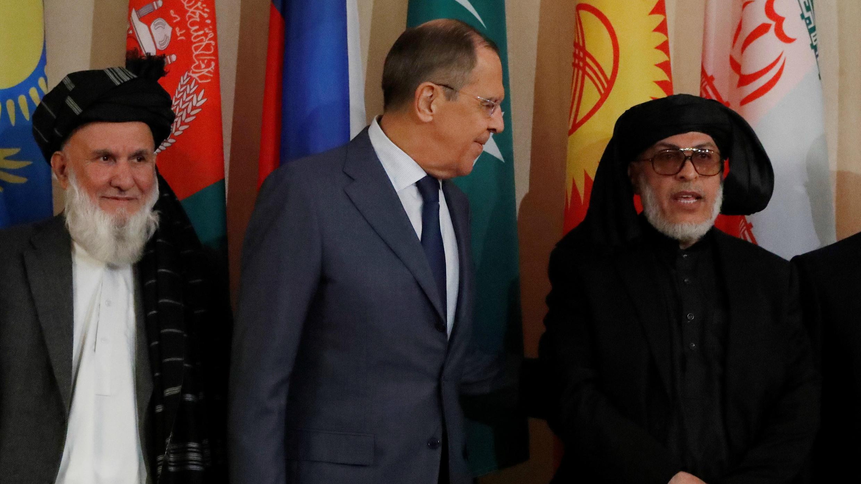 El jefe de la delegación de Afganistán y vicepresidente del Consejo Superior de la Paz, Hajji Din Mohammad, el ministro de Relaciones Exteriores de Rusia, Sergei Lavrov, y Sher Mohammad Abbas Stanakzai, jefe del consejo político talibán en Qatar, durante las conversaciones de paz multilaterales sobre Afganistán en Moscú , Rusia, el 9 de noviembre de 2018.