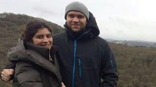 صورة من الأرشيف للطالب البريطاني ماثيو هيدجز مع زوجته دانيالا تيخادا