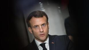 الرئيس الفرنسي إيمانويل ماكرون لدى زيارته مصنعا للكمامات الواقية قرب أنجيه بوسط فرنسا في 31 آذار/مارس 2020 وسط تفشي فيروس كوروناالمستجد