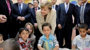 """Angela Merkel a rencontré des enfants syriens dans le camp de """"Nizip 2"""", situé en Turquie, le 23 avril 2016."""