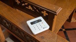 Ce panier de quête connecté accepte les paiements sans contact par carte et smartphone dans les églises du Royaume-Uni