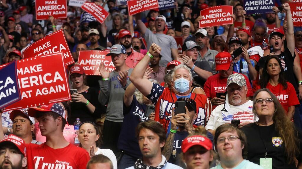 Los partidarios del Presidente de los Estados Unidos Donald Trump aplauden al comienzo de su primera campaña de reelección en varios meses en medio del brote de la enfermedad coronavirus (COVID-19), en el Centro BOK en Tulsa, Oklahoma, EE.UU., el 20 de junio de 2020.