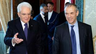 El economista Carlo Cottarelli junto al presidente italiano Sergio Mattarella en el Palacio Quirinal, en Roma, Italia, el 28 de mayo de 2018.