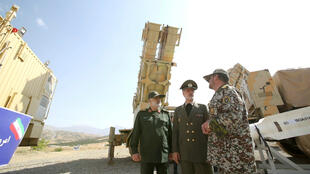 En Teherán, Irán, el ministro de Defensa iraní, Amir Hatamí (c), que dio hoy a conocer un nuevo sistema de defensa área, de fabricación nacional y con capacidad para golpear varios objetivos con misiles, en medio del repunte de la tensión con Estados Unidos.