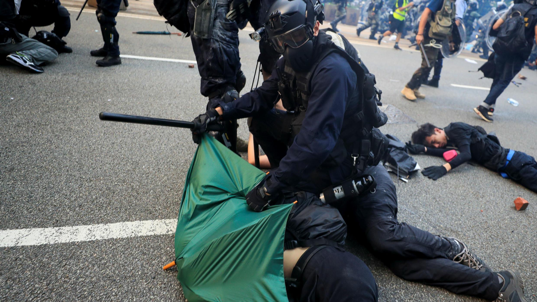 Un manifestante es detenido durante un mitin en Hong Kong, el 29 de septiembre de 2019.