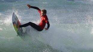 Le surfeur sud-africain Matthew McGillivray lors d'une compétition en Israël, le 15 janvier 2019.