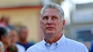 El vicepresidente de Cuba, Miguel Díaz-Canel, hace cola antes de emitir su voto durante una elección de candidatos para las asambleas nacionales y provinciales, en Santa Clara, Cuba, el 11 de marzo de 2018.