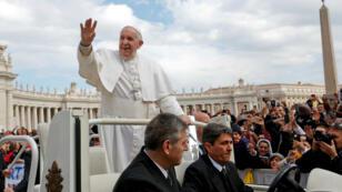 El papa Francisco saluda a sus seguidores en la audiencia general del pasado miércoles en la Plaza de San Pedro en el Vaticano.