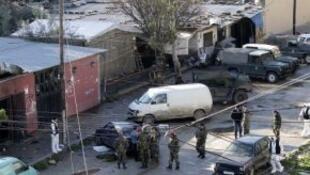 محققون في موقع تفجير انتحاري بجبل محسن في 11 يناير 2015