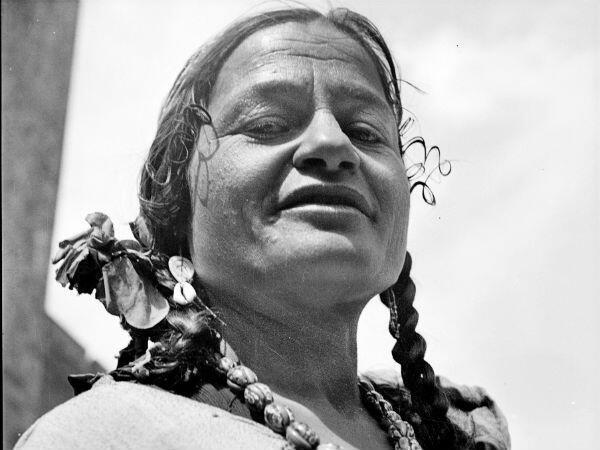Une femme tsigane aux Saintes-Maries-de-la-Mer en 1939
