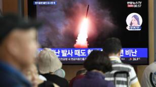 Des personnes regardent la diffusion du lancement d'un missile nord-coréen dans une gare à Séoul, en Corée du Sud, le 10 août 2019.