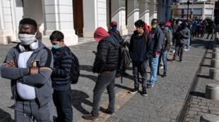 Decenas de personas hacen fila, frente a oficinas de fondos de pensiones, en Santiago, Chile, el 24 de julio de 2020.