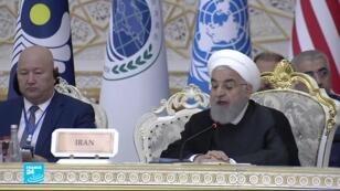 الرئيس الإيراني حسن روحاني يلقي كلمة في مؤتمر طاجيكستان