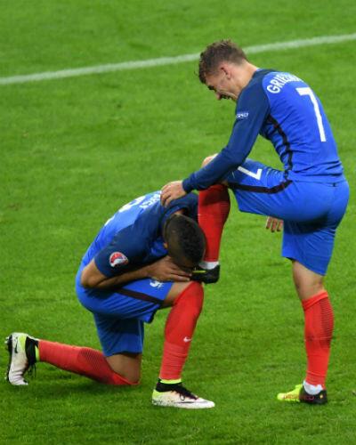 Dimitri Payet embrasse le pied d'Antoine Griezmann, lors du match contre l'Islande, en quart de finale, le 3 juillet.