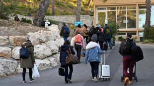Des voyageurs français en provenance de Chine quittent, le 14 février 2020, un centre de vacances à Carry-le-Rouet, près de Marseille, où ils avaient été placés 14 jours en quarantaine