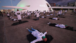 Enfermeros brasileños participan de una manifestación en homenaje a los trabajadores de la salud que han muerto a causa del nuevo coronavirus, el 12 de mayo de 2020 en Brasilia