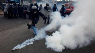 Policía aleja un gas lacrimógeno durante las protestas registradas en Tegucigalpa. Enero 20 de 2018.