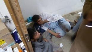 Une partie de l'équipe de Médecins sans frontières, choquée après le bombardement de leur hôpital à Kunduz, en Afghanistan, le 3 octobre 2015.