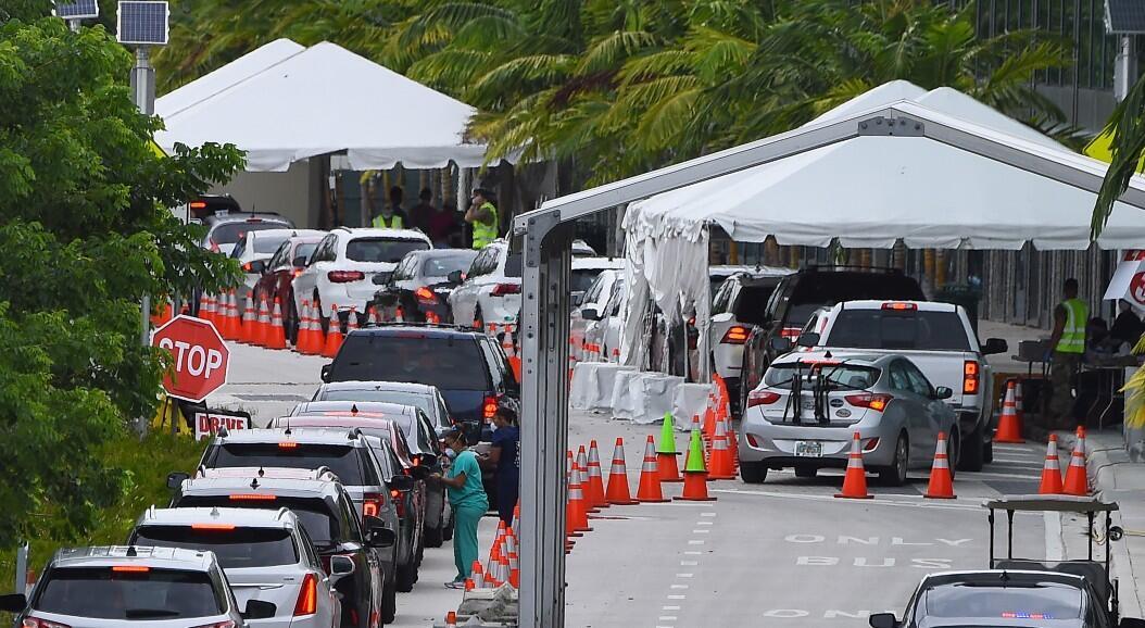 Decenas de personas hacen fila en sus vehículos, para someterse a la prueba de diagnóstico de Covid-19, en Miami Beach, Florida, el 22 de julio de 2020.