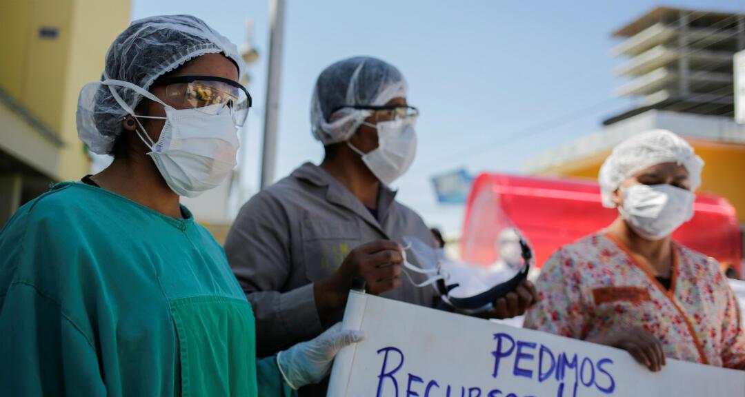 Trabajadores de la salud participan en una protesta para exigir mejores condiciones en medio de la propagación del coronavirus. La Paz, Bolivia, el 22 de abril de 2020.