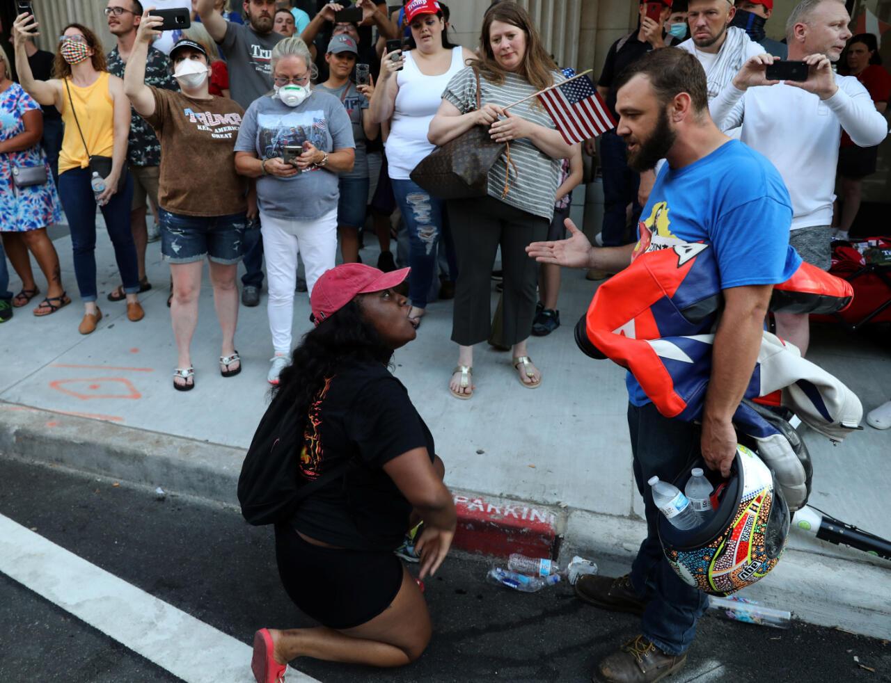 Un manifestante (frente L) discute con un partidario del presidente de los Estados Unidos, Donald Trump, fuera del lugar de la manifestación de Trump en Tulsa, Oklahoma, EE. UU., el 20 de junio de 2020.